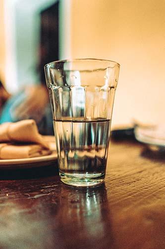 Ein Glas stilles Wasser